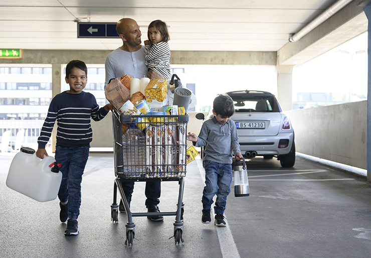 Man and kids with shopping cart